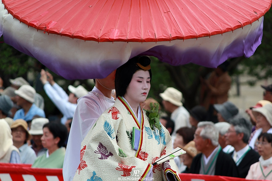 kyoto-aoi-matsuri-palais-imperial-defile-femme-nyoju-furyugasa-ondulant-yeux-fermes