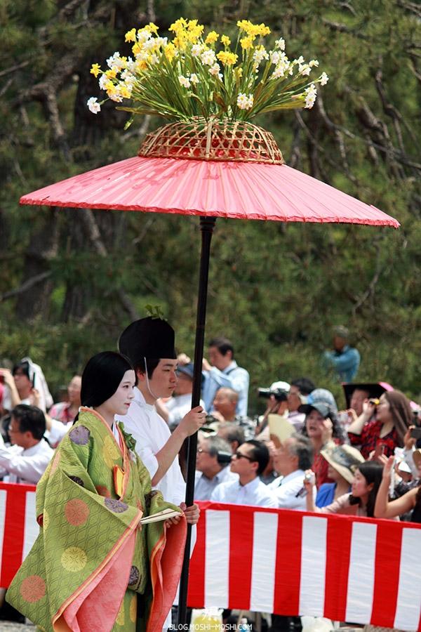 kyoto-aoi-matsuri-palais-imperial-defile-femme-nyoju-furyugasa-wagashi-fleurs-jaunes