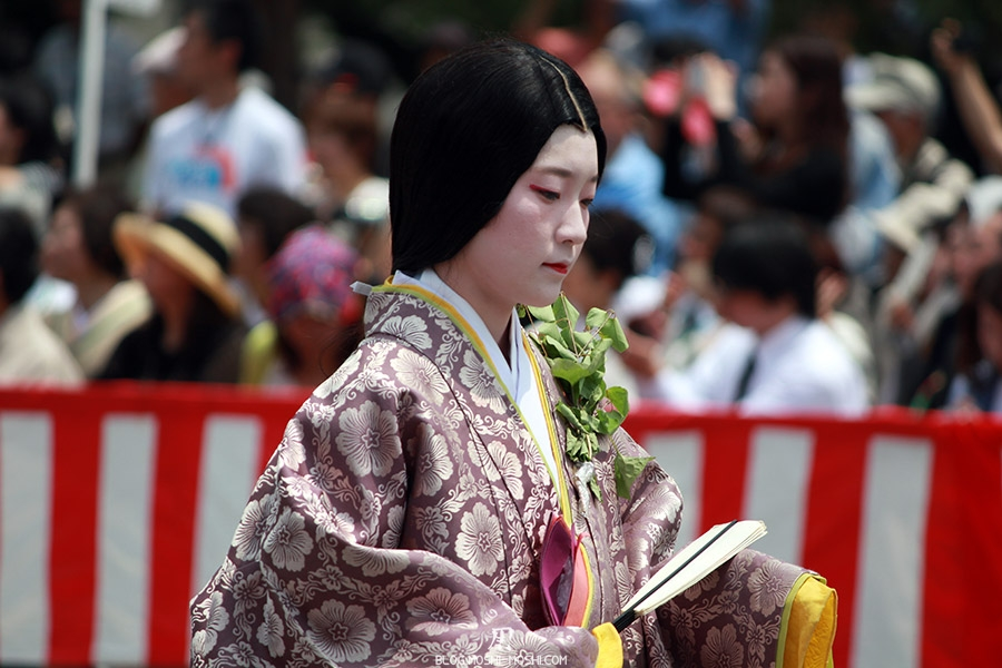 kyoto-aoi-matsuri-palais-imperial-defile-femme-nyoju-pensive
