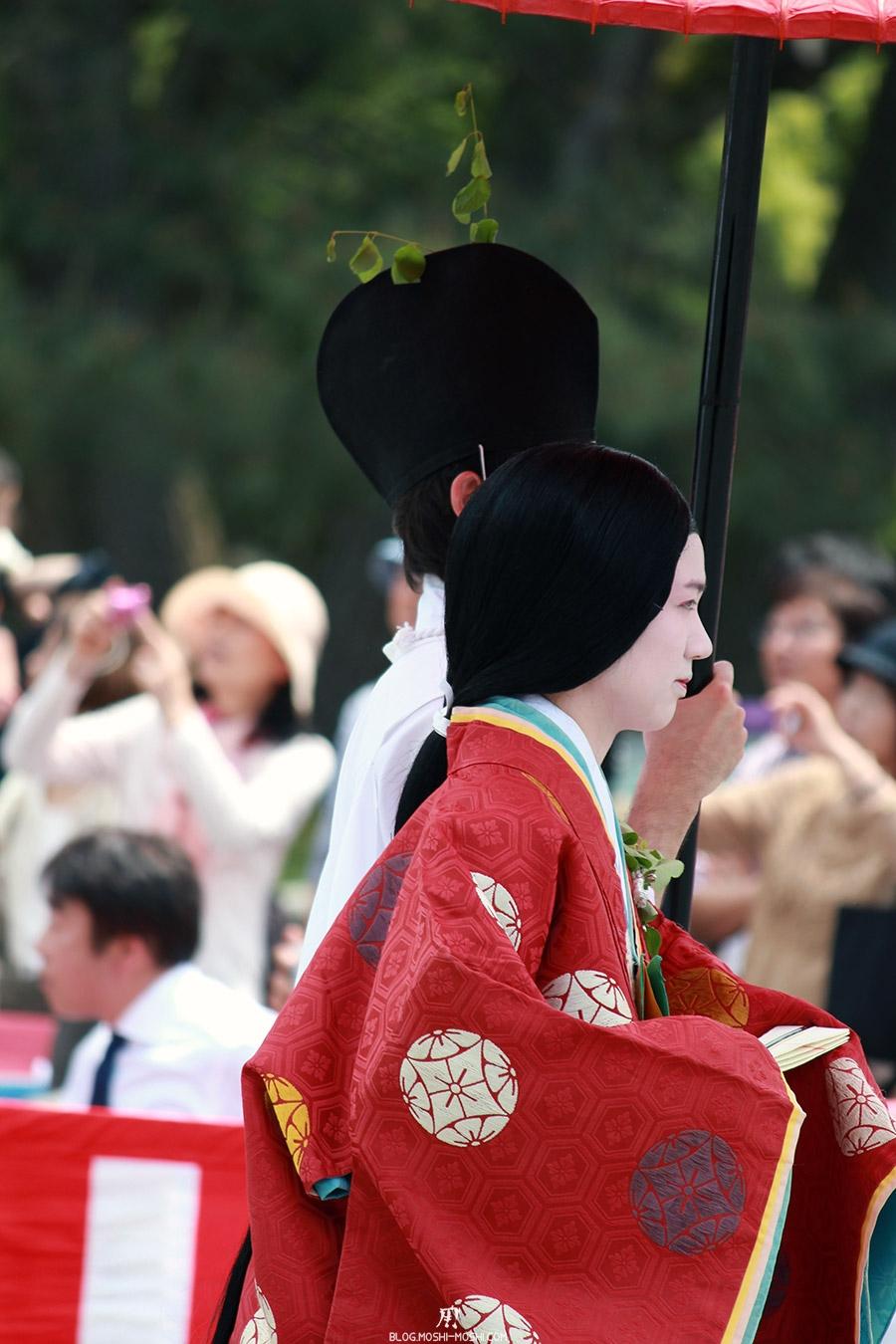 kyoto-aoi-matsuri-palais-imperial-defile-femme-nyoju-superbe-kimono-rouge