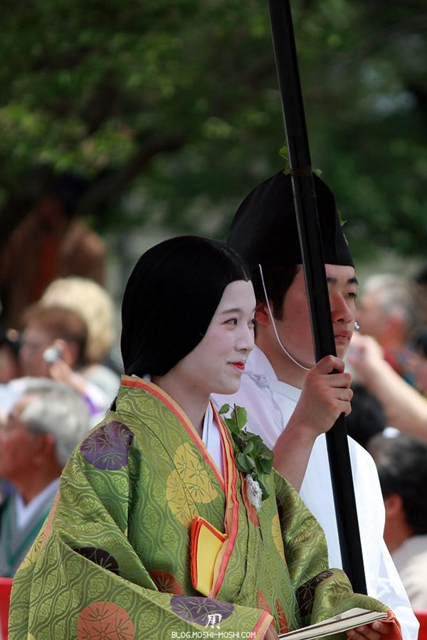 kyoto-aoi-matsuri-palais-imperial-defile-femme-petit-sourire