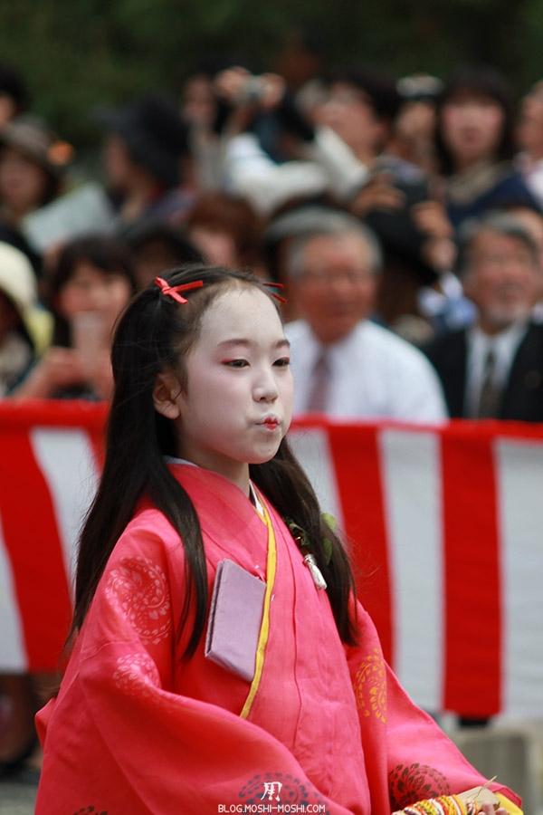 kyoto-aoi-matsuri-palais-imperial-defile-femme-petite-fille-bouche-en-coeur
