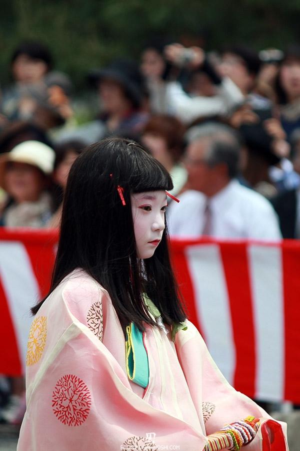 kyoto-aoi-matsuri-palais-imperial-defile-femme-petite-fille-concentre