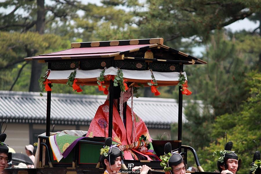 kyoto-aoi-matsuri-palais-imperial-defile-femme-saioudai-porteurs