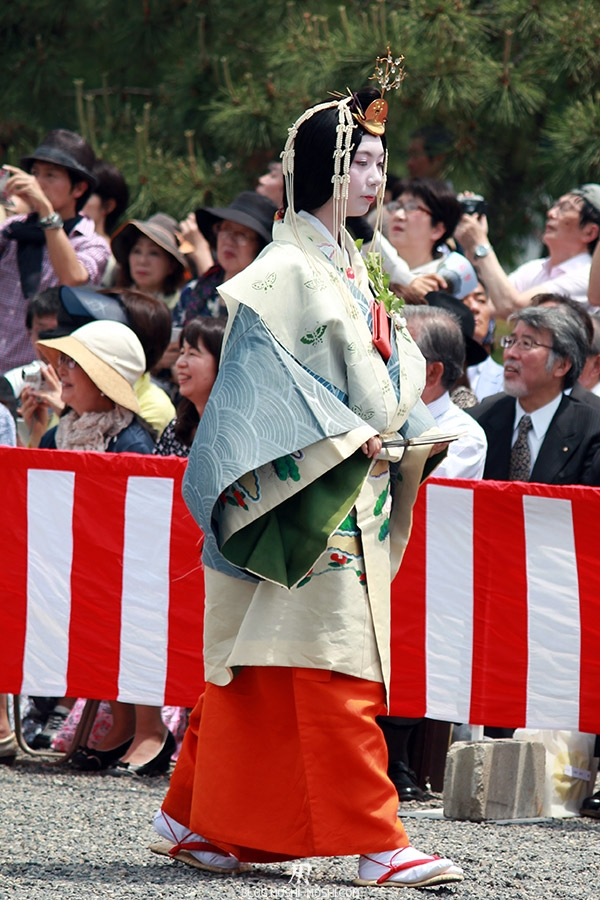 kyoto-aoi-matsuri-palais-imperial-defile-femme-saioudai-servante-detail-kimono