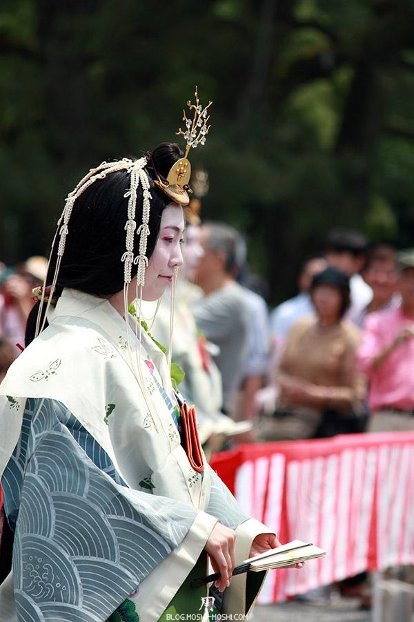 kyoto-aoi-matsuri-palais-imperial-defile-femme-saioudai-servante-sourire-eventail