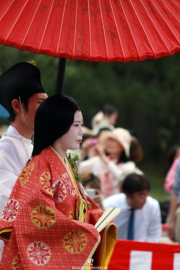 kyoto-aoi-matsuri-palais-imperial-femme-servant-ombrelle-japonaise