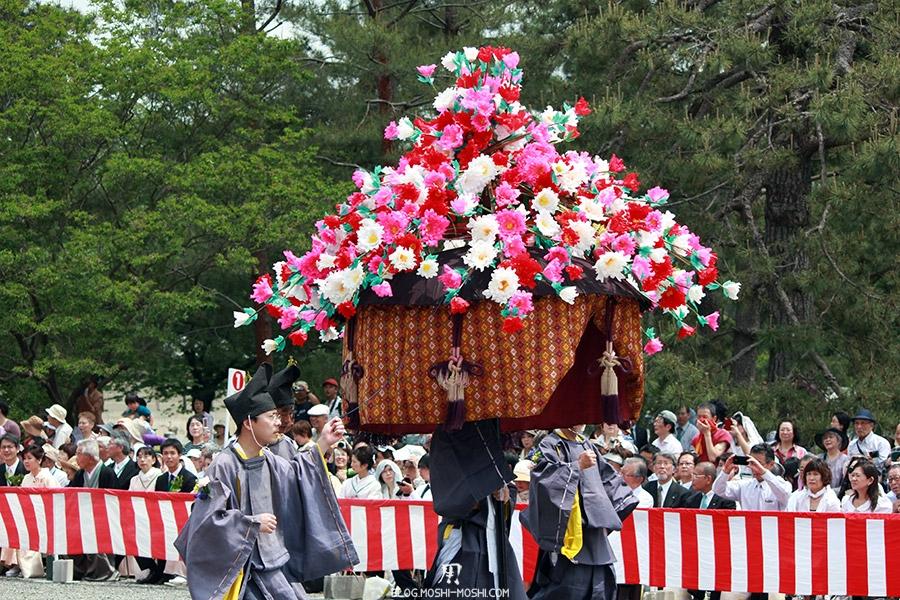 kyoto-aoi-matsuri-palais-imperial-furyugasa-enorme-fleuri-roses-multicolores