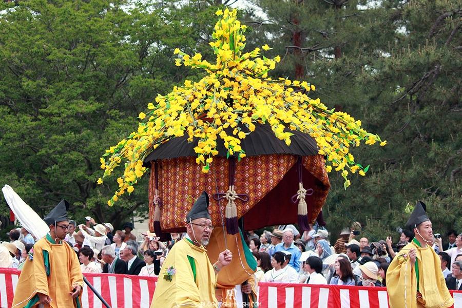 kyoto-aoi-matsuri-palais-imperial-furyugasa-enorme-fleurs-jaunes