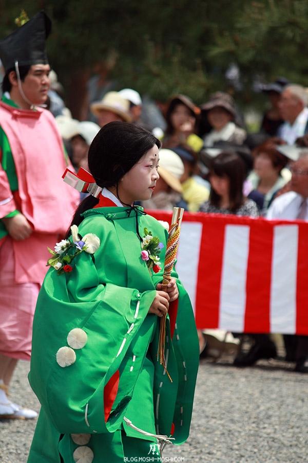 kyoto-aoi-matsuri-palais-imperial-jeune-fille-kimono-fleuri