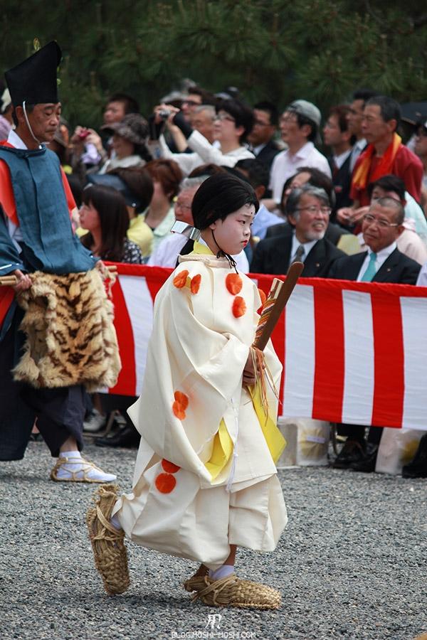 kyoto-aoi-matsuri-palais-imperial-jeune-servante-accessoires