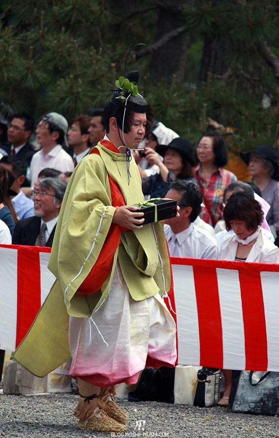 kyoto-aoi-matsuri-palais-imperial-porteur-cadeau