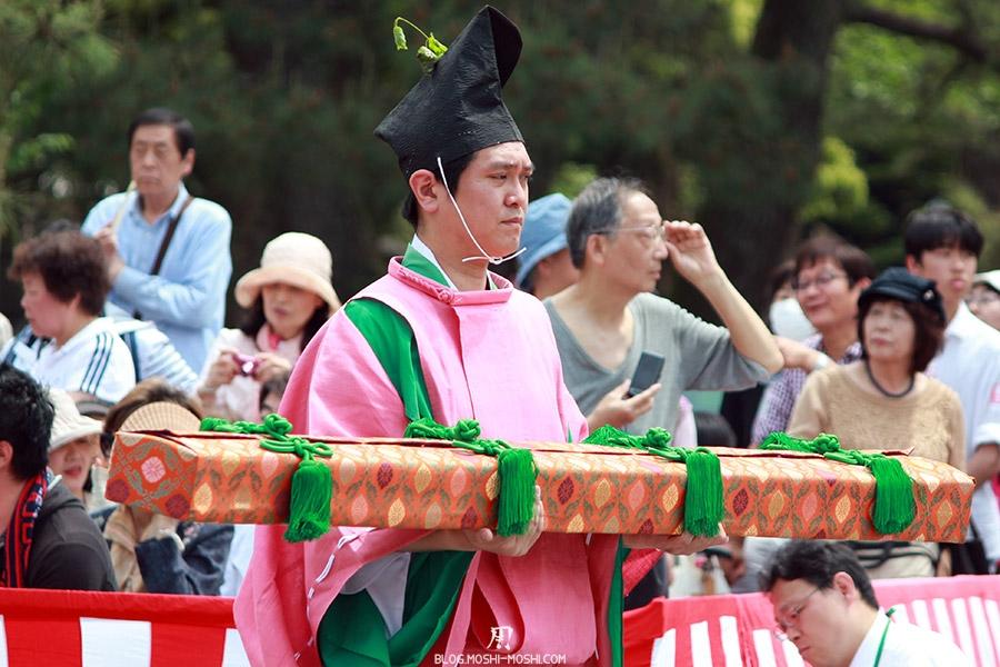 kyoto-aoi-matsuri-palais-imperial-porteur-present-gros-plan