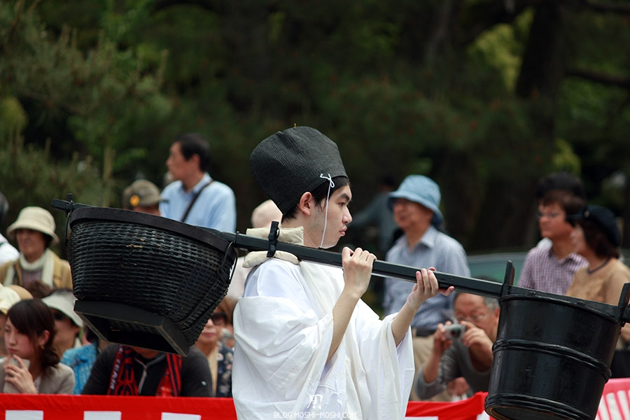 kyoto-aoi-matsuri-palais-imperial-porteurs-gros-plan-protection-epaule