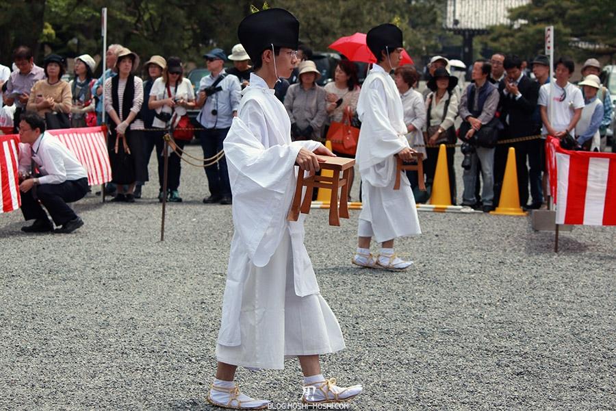 kyoto-aoi-matsuri-palais-imperial-porteurs-tabourets
