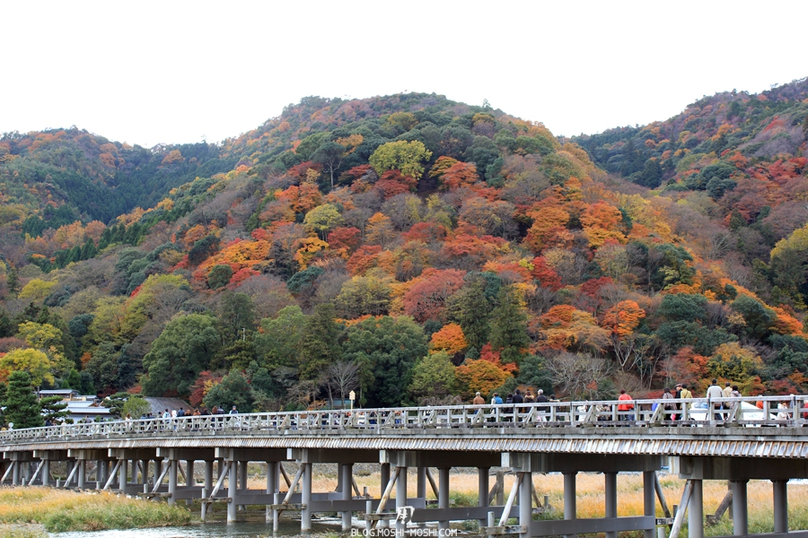 arashiyama-kyoto-saison-momiji-pont-togetsukyo-montagne-coloree-monde-foule-voiture