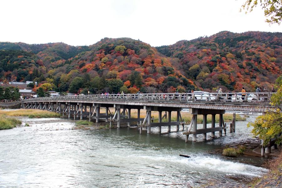 Arashiyama-saison-momiji-pont-togetsukyo-montagne-coloree-vue-transversale