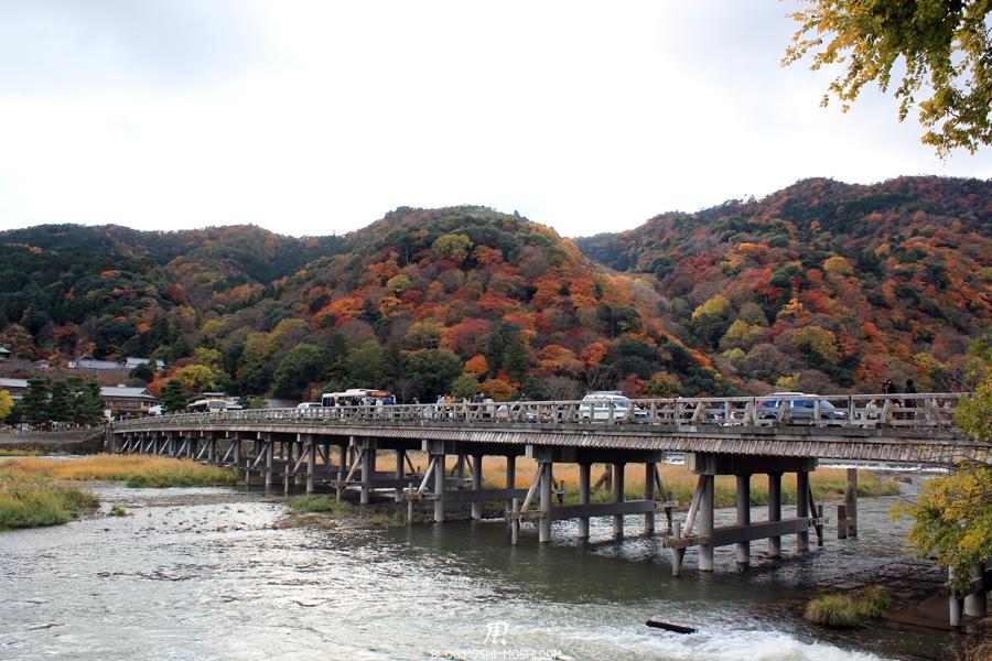 Arashiyama-saison-momiji-pont-togetsukyo-montagne-coloree