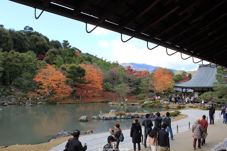 temple-tenryu-ji-kyoto-arashiyama-momiji-interieur-vue-zen-etang-jardin-sable