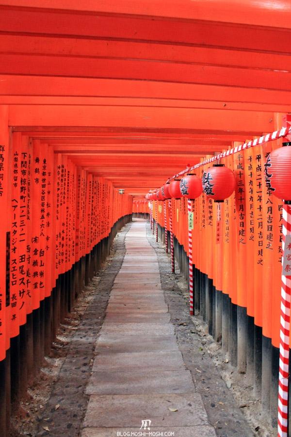 fushimi-inari-taisha-kyoto-chemin-tunnel-torii-interieur-lanterne-nom-donateur