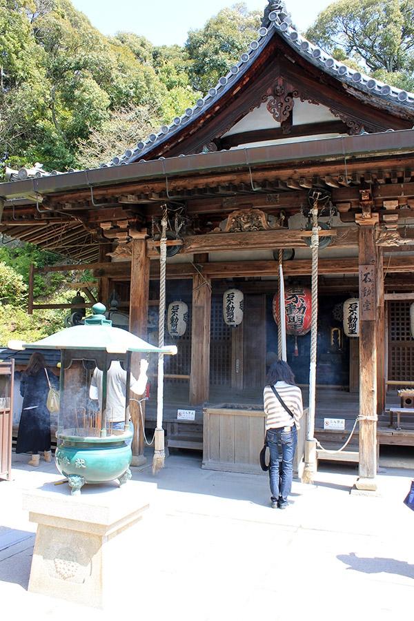 kinkakuji temple-or-kyoto-saison-sakura-priere