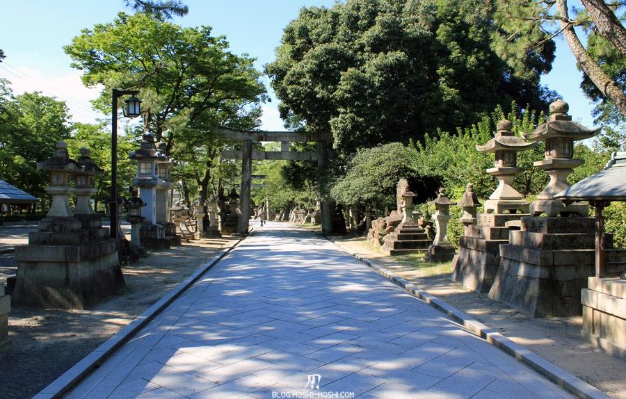 kitano-tenman-gu-kyoto-allee-entree-torii-pierre