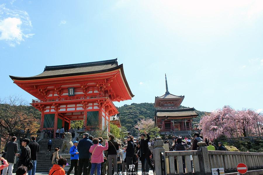 kiyomizudera-sanctuaire-kyoto-saison-sakura-entree-foule