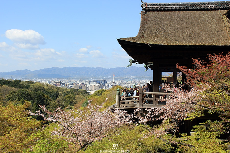 kiyomizudera-sanctuaire-kyoto-saison-sakura-plateforme-principale-vue-cote