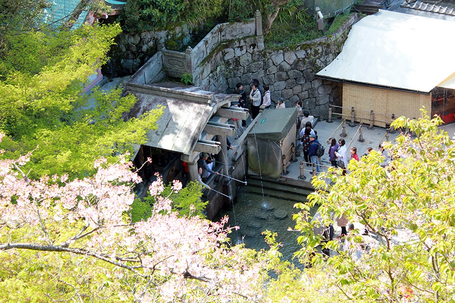 kiyomizudera-sanctuaire-kyoto-saison-sakura-queue-cascade-otowa