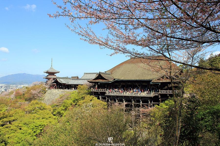 kiyomizudera-sanctuaire-kyoto-saison-sakura-vue-loin-cote