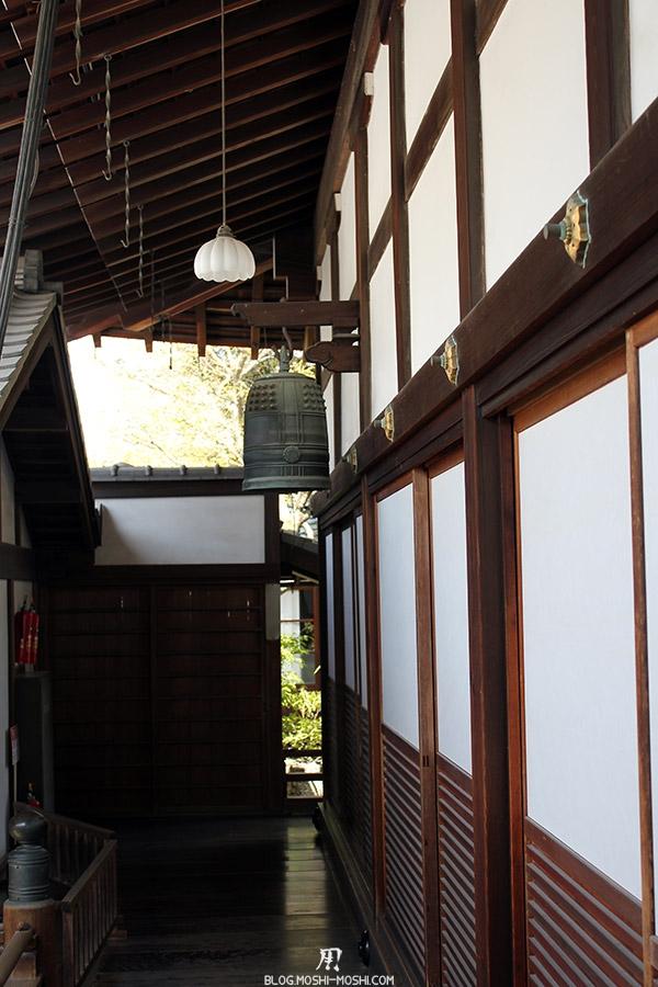 temple-kodai-ji-kyoto-saison-sakura-cloche-bois-entre-batiment