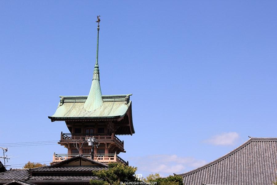 sur-la-route-parc-maruyama-kyoto-saison-sakura-vieux-toit-pagode-grue-japonaise