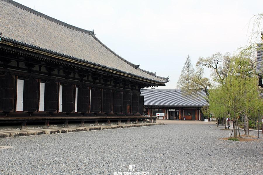 temple-sanjusangendo-kyoto-saison-sakura-batiment-ouvertures-bois-cote