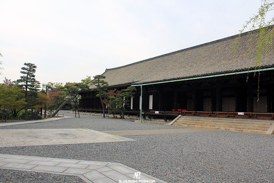 temple-sanjusangendo-kyoto-saison-sakura-cours-batiment-cote