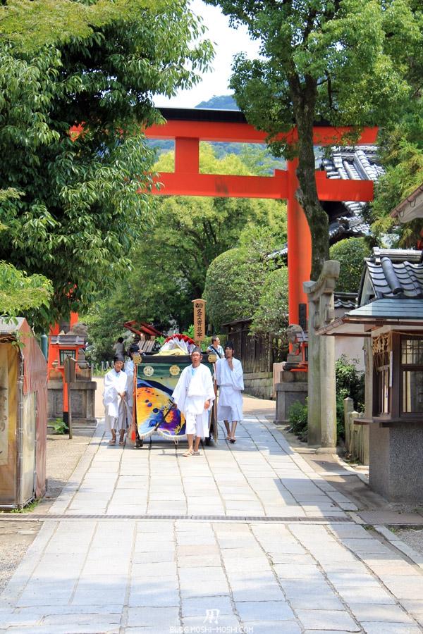 yasaka-jinja-kyoto-episode-gion-matsuri-char-grand-torii