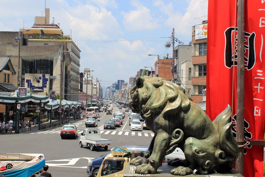 yasaka-jinja-kyoto-episode-gion-matsuri-entree-principale-vue-rue-cote-lion