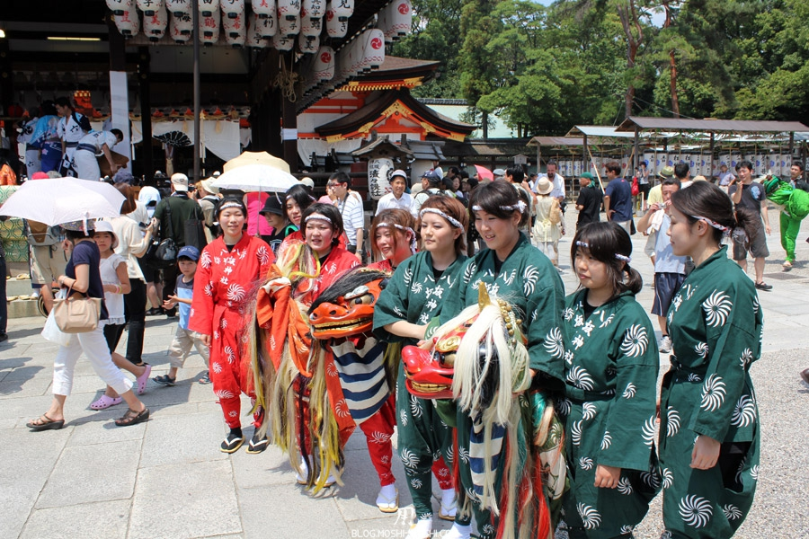 yasaka-jinja-kyoto-episode-gion-matsuri-equipe-danse-dragon