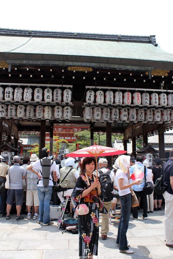 yasaka-jinja-kyoto-episode-gion-matsuri-japonaise-ombrelle-yukata