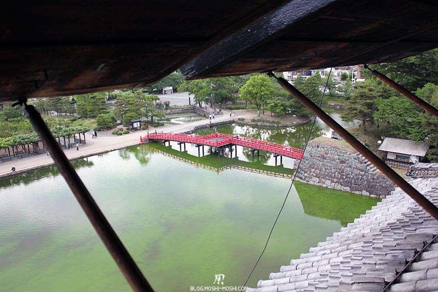 nagano-chateau-matsumoto-corbeau-noir-interieur-pont-rouge-vue-fenetres