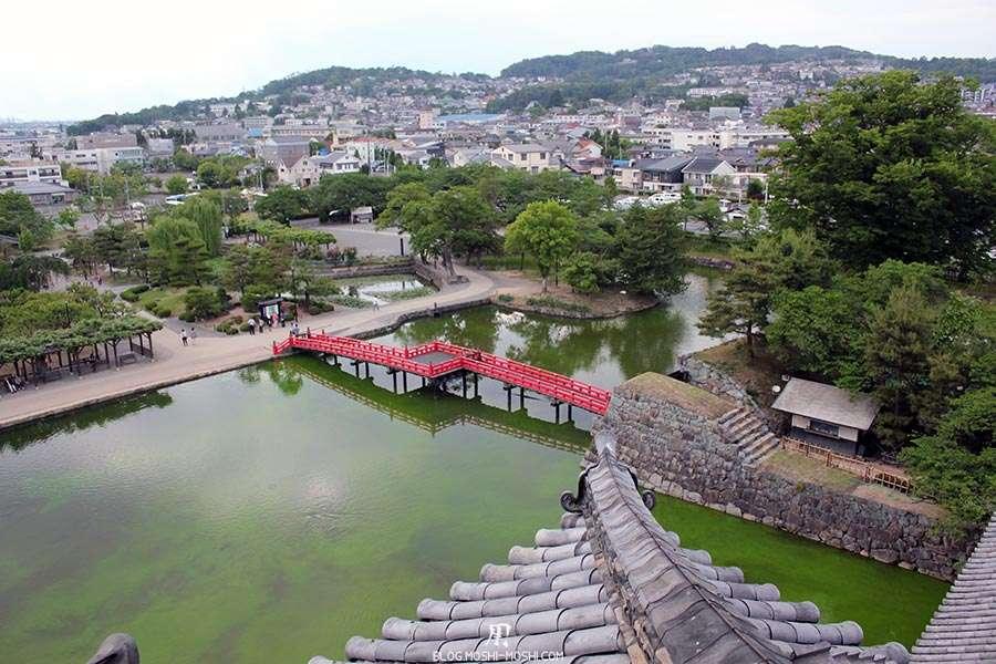 nagano-chateau-matsumoto-corbeau-noir-interieur-pont-rouge-vue-toit