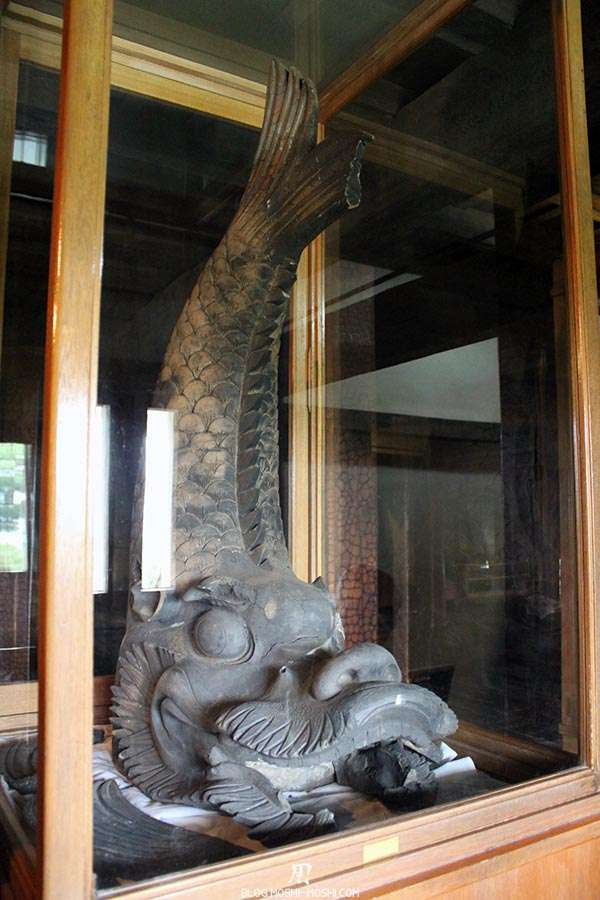 nagano-chateau-matsumoto-corbeau-noir-interieur-statue-carpe-koi
