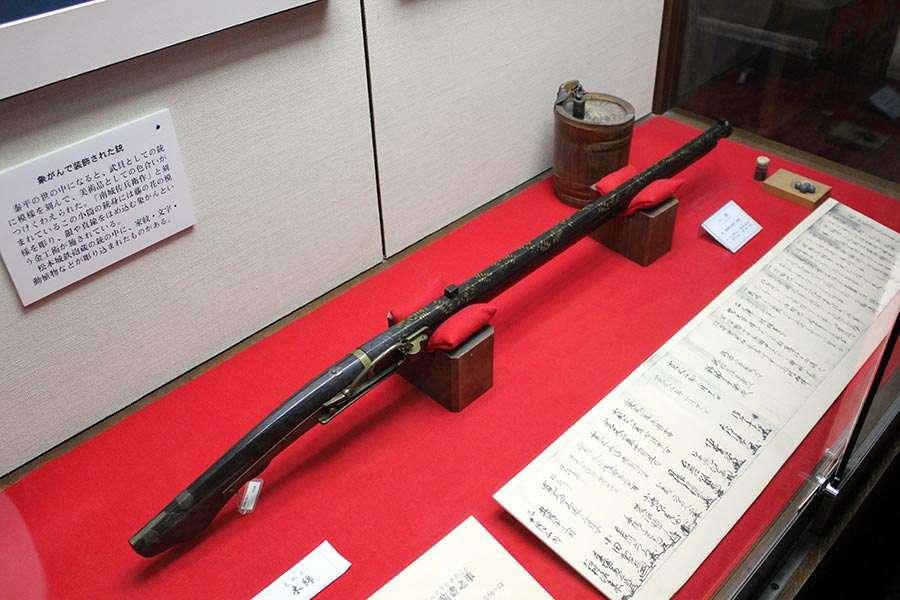 nagano-chateau-matsumoto-corbeau-noir-interieur-vieux-fusil