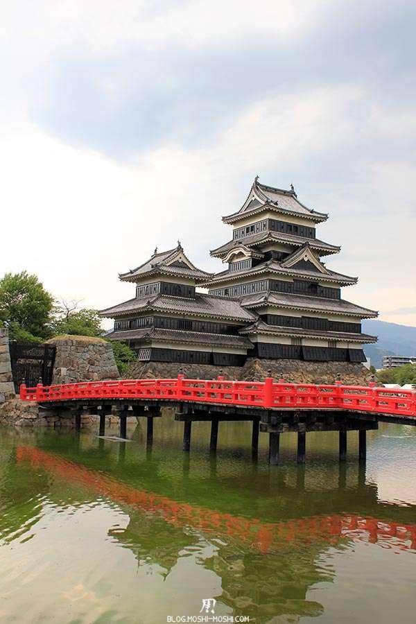 nagano-chateau-matsumoto-corbeau-noir-pont-rouge-douve-eau-verdatre