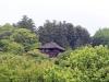 jardin-japonais-kairaku-en-cote-champs-fleurs-chalet-dans-arbres