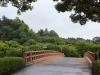 jardin-japonais-kairaku-en-cote-champs-fleurs-grand-pont-courbe-vue-pavillon