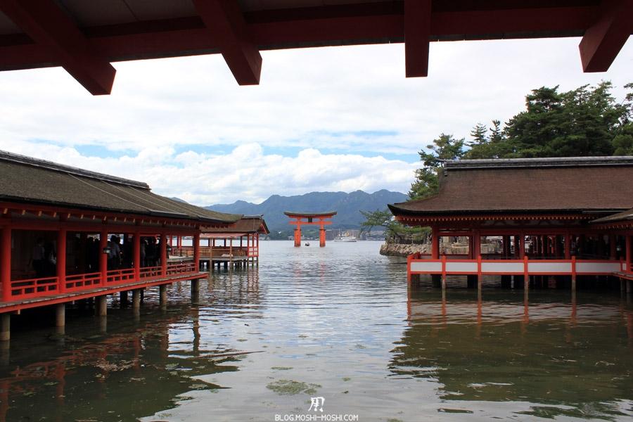 itsukushima-jinja-miyajima-grand-torii-pied-dans-eau