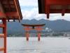 itsukushima-jinja-miyajima-grand-torii-entre-les-toits