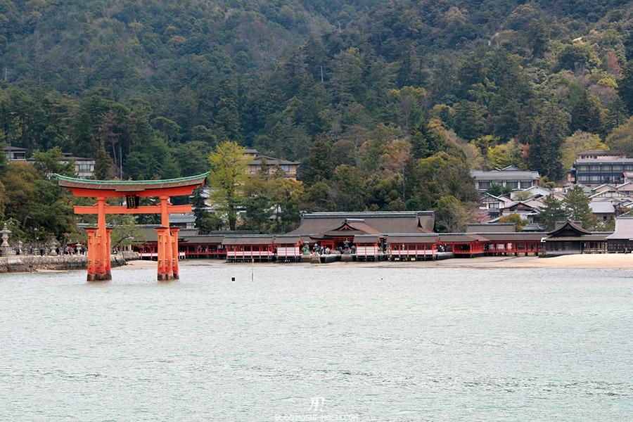 miyajima-hiroshima-saison-sakura-grand-torii-devant-sanctuaire-Itsukushima