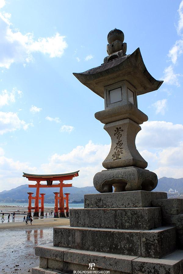 Miyajima-Hiroshima-saison-sakura-lanterne-pierre-grand-torii-fond