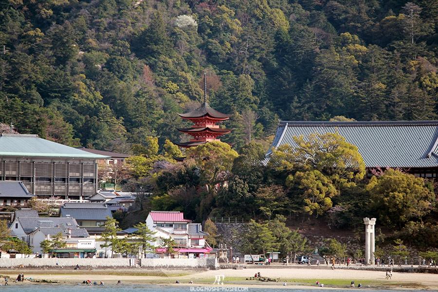 Miyajima-Hiroshima-saison-sakura-pagode-vue-depuis-mer